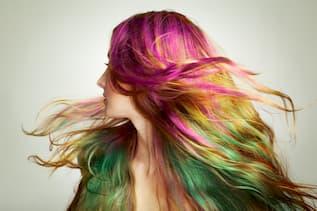 Seitlicher Kopf mit langem Haar von Haupt her pink, gelb, grün verlaufend gefärbt