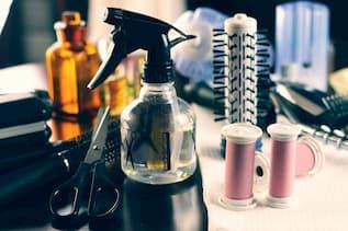 Fadenspule, Friseuraccessoire vor Spiegel - Fadentechnik für Bärte