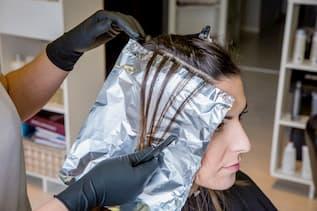 Frauenkopf, Friseur arbeitet gerade an Mechen.