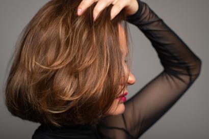 Frauenkopf mit modischer Perücke
