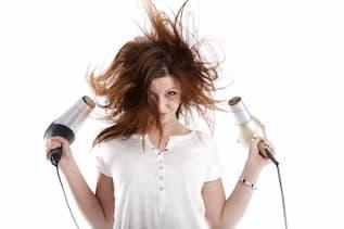 Frau föhnt sich mit zwei Föhne ihr schulterlanges Haar - Cut & Go Service