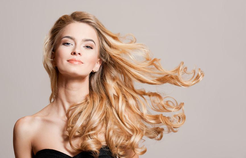 Frau mit Great Lengths Haarverlängerung