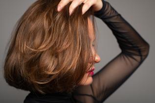 Frauenkopf mit modischer rotbrauner Perücke